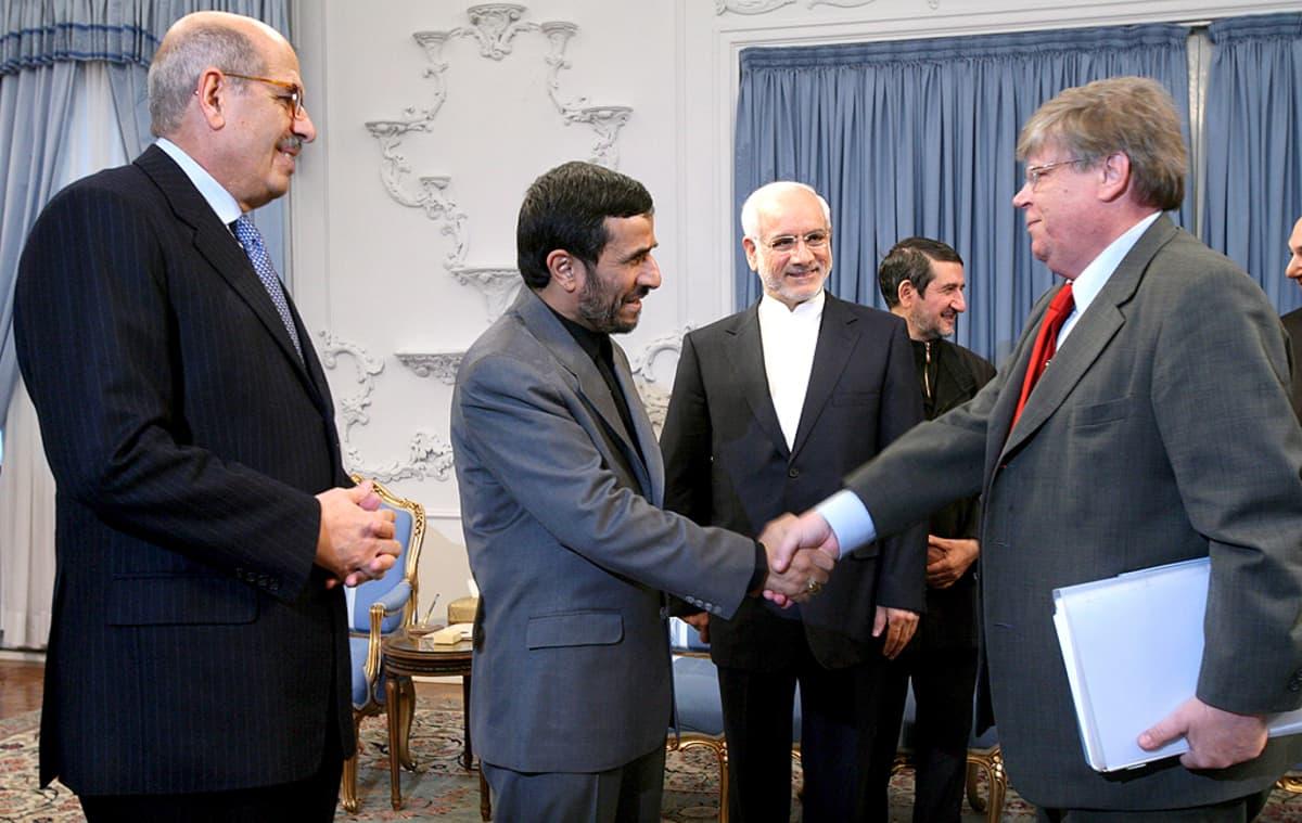 IAEA:n johtaja Mohammed ElBaradei, Iranin presidentti Mahmud Ahmadinejad, Iranin ydinenergiaviraston johtaja Gholam-Reza Aqazadeh ja IAEA:n apulaispääjohtaja Olli Heinonen tapaavat.
