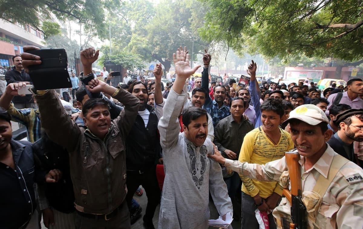 Joukko intialaisia osoitti mieltään hallitusta vastaan jonottaessaan rahanvaihtoon Delhissä
