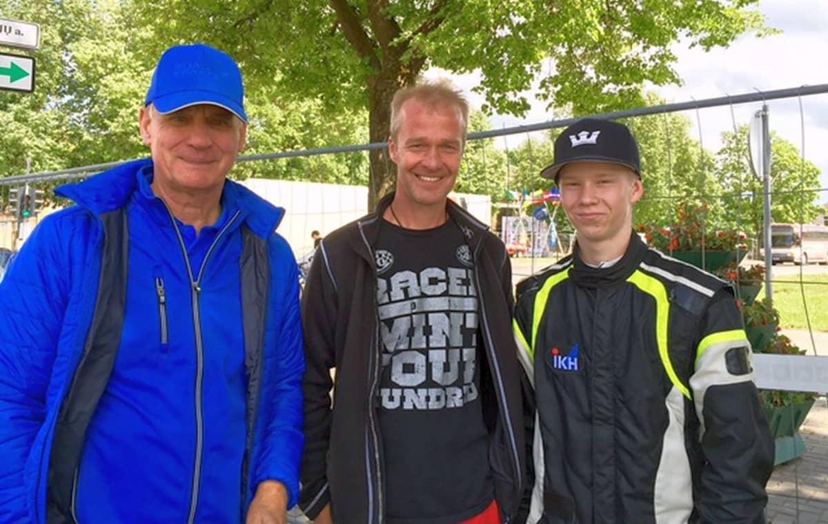 Timo Jouhkin kaksi suojattia: isä Harri ja poika (Kalle) Rovanperä  (oik.) Latviassa, jossa Kalle on kisannut viime vuosina.
