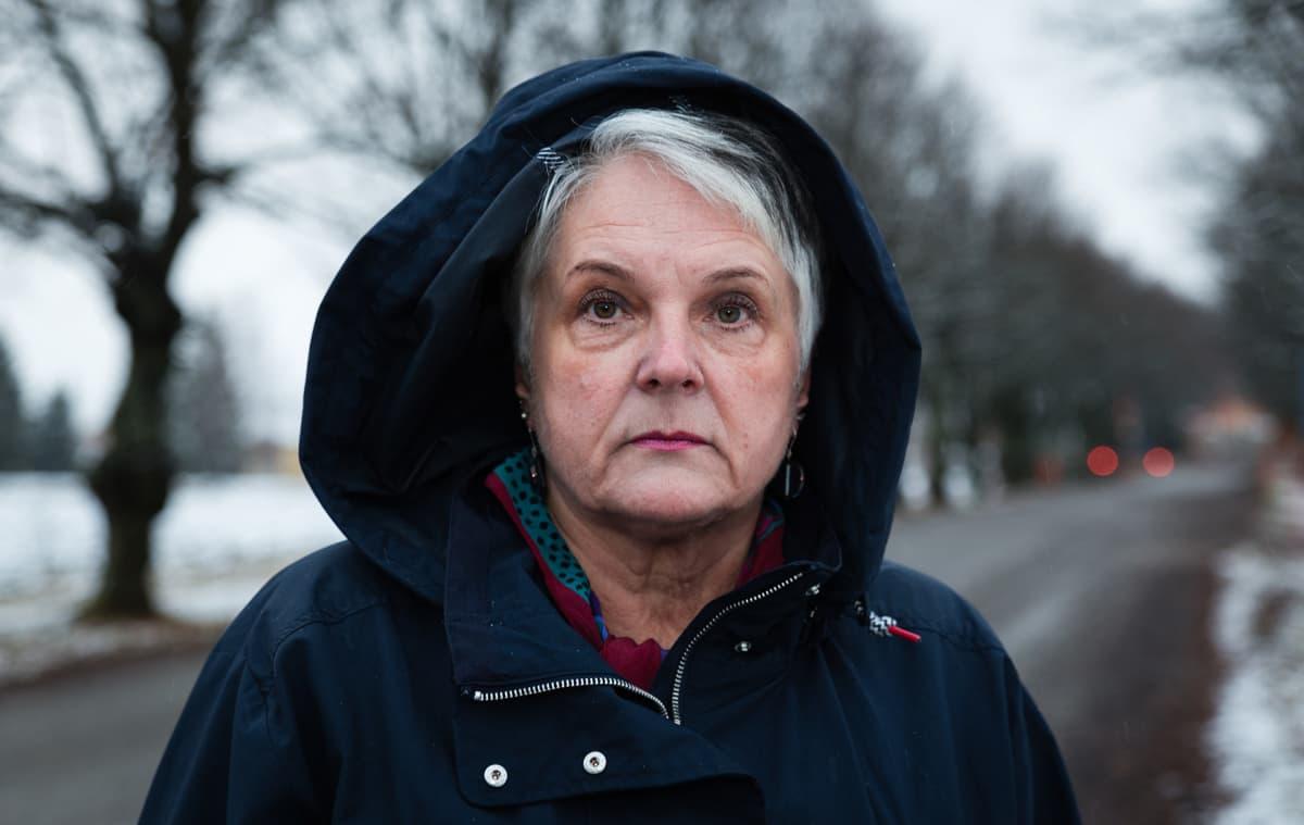 Vankilalääkäri Terhi Wuolijoki Keravan vankilan portilla.