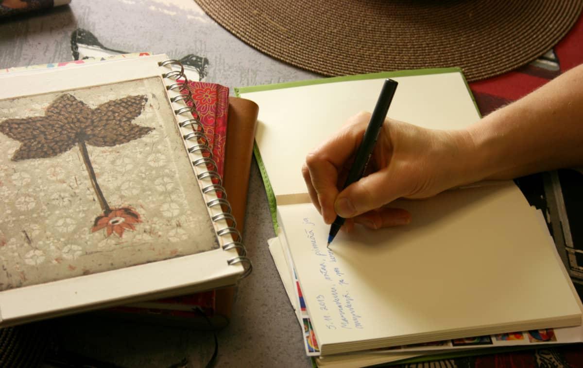 Päiväkirjan kirjoittamista.