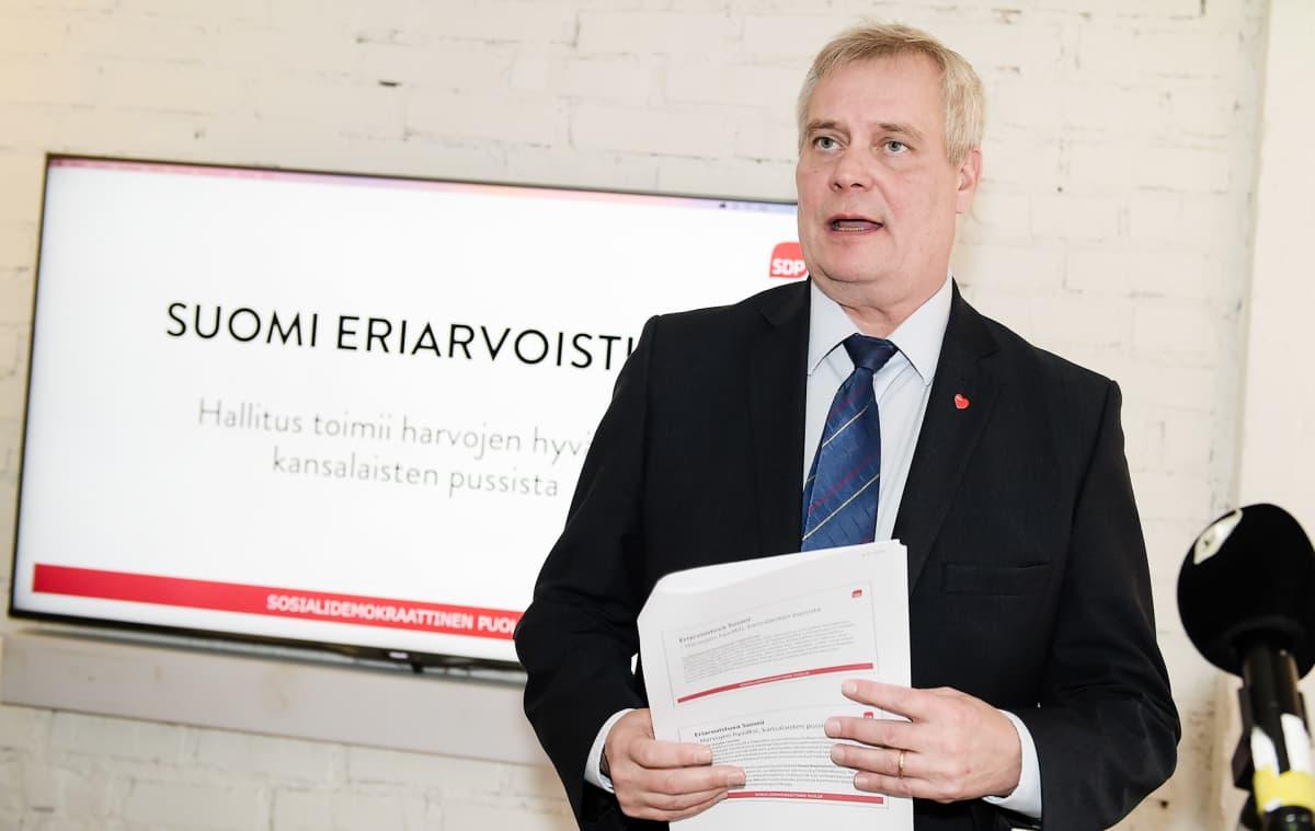SDP:n puheenjohtaja Antti Rinne esitteli vaihtoehtobudjettia tiedotustilaisuudessa Helsingissä tiistaina.