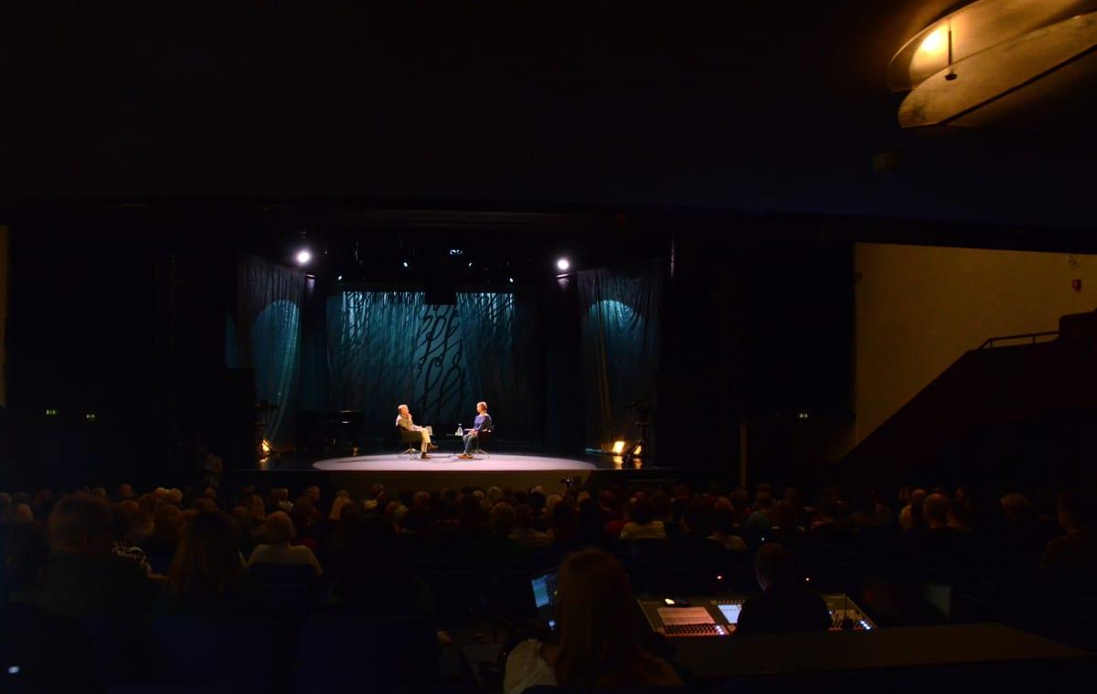 Hannu Väisänen ja Hanna Saarikoski lavalla Savoy -teatterissa