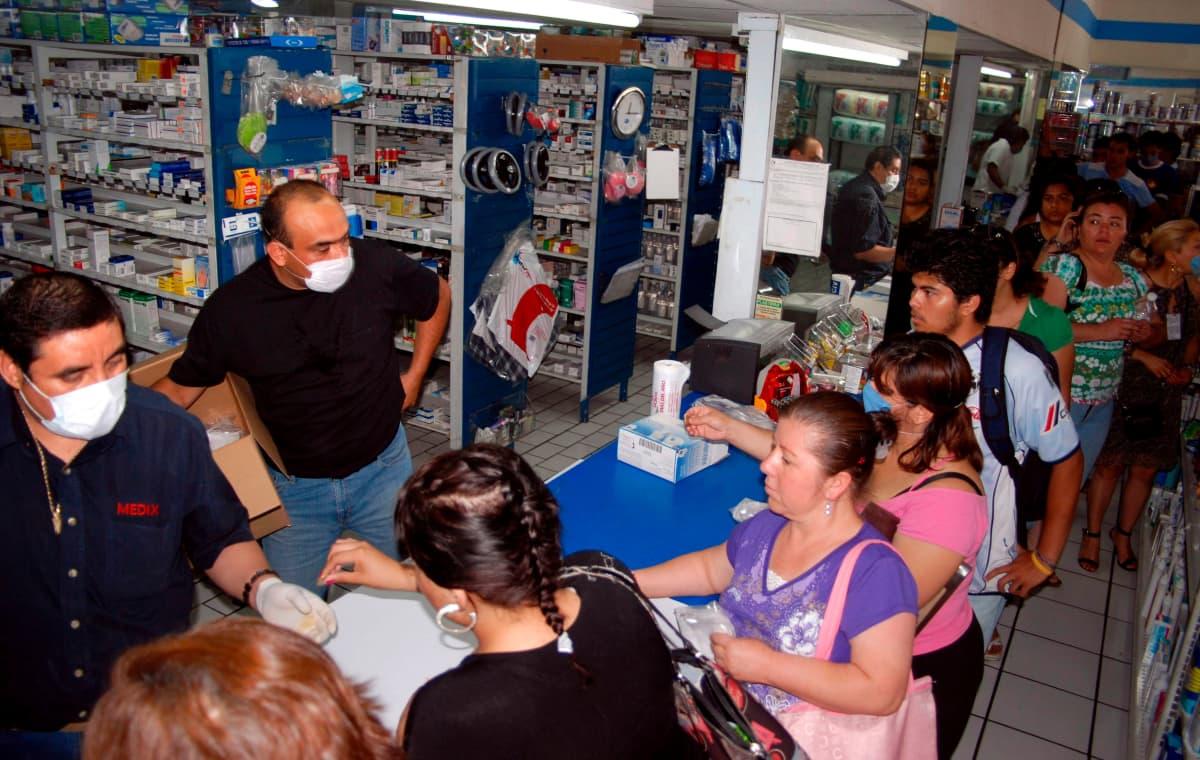 Asiakkaat hankkivat kasvosuojia apteekissa Monterreyssa.