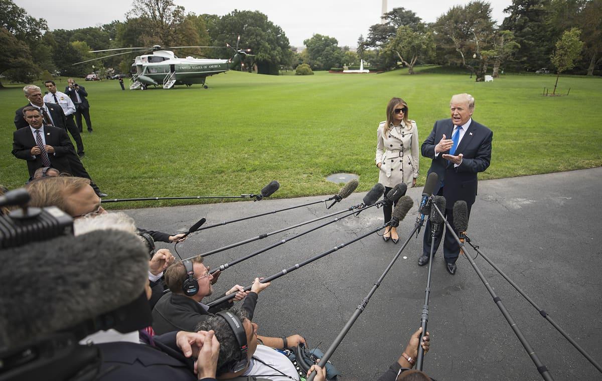 Donald Trump antamassa lausuntoa Iranin ydinsopimusta koskevasta päätöksestään Valkoisen talon pihalla 13. lokakuuta.