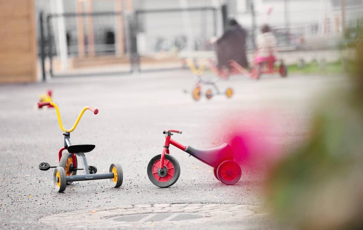 Lastenpyöriä leikkipuiston pihalla.