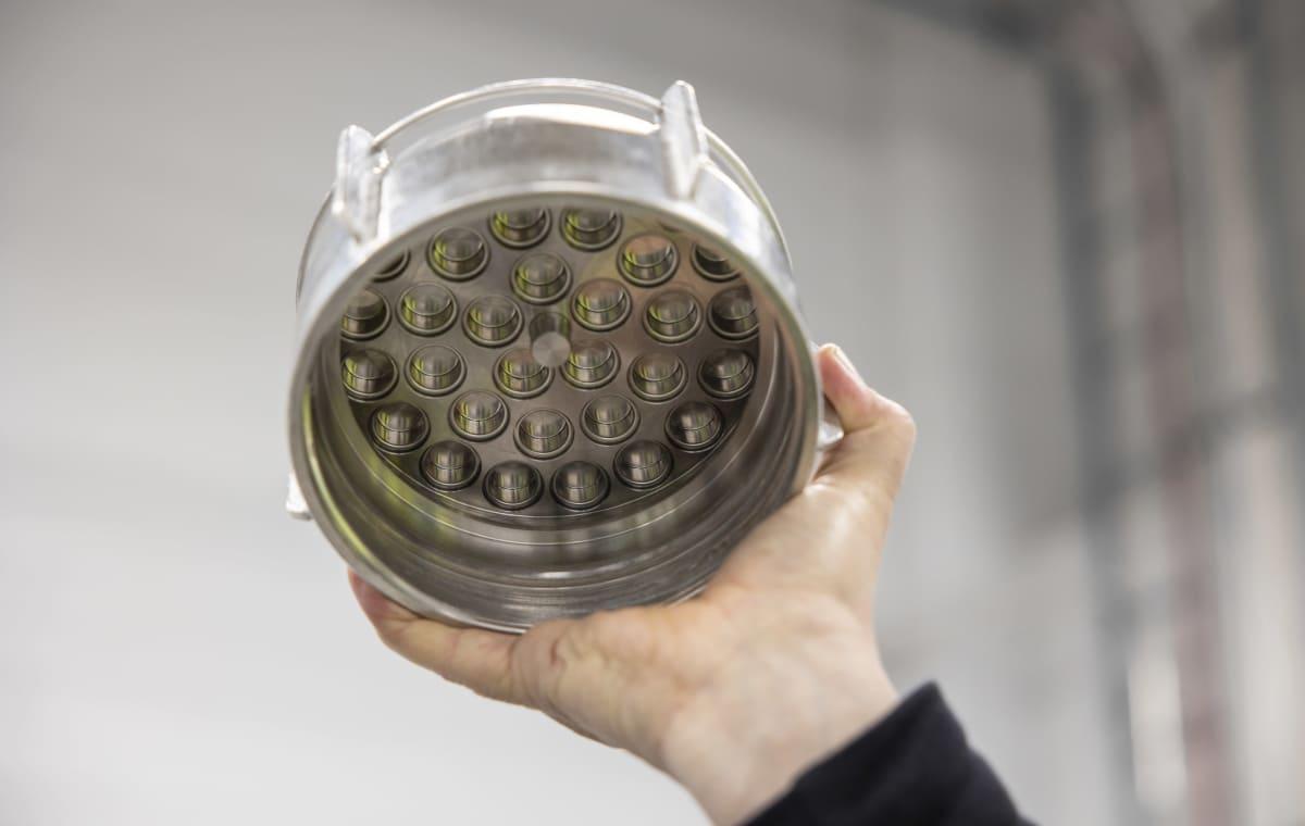 Tekstiilien kemiallinen kierrätys  Vtt bioruukki, kädessä suulake , josta tulee uutta kuitua