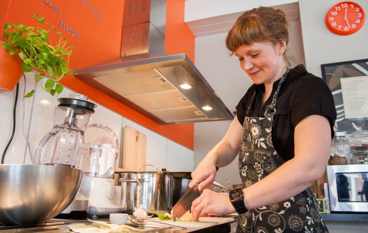 Kajaanilainen Inna Pyykkönen ravintolansa Tsaikan keittiössä.