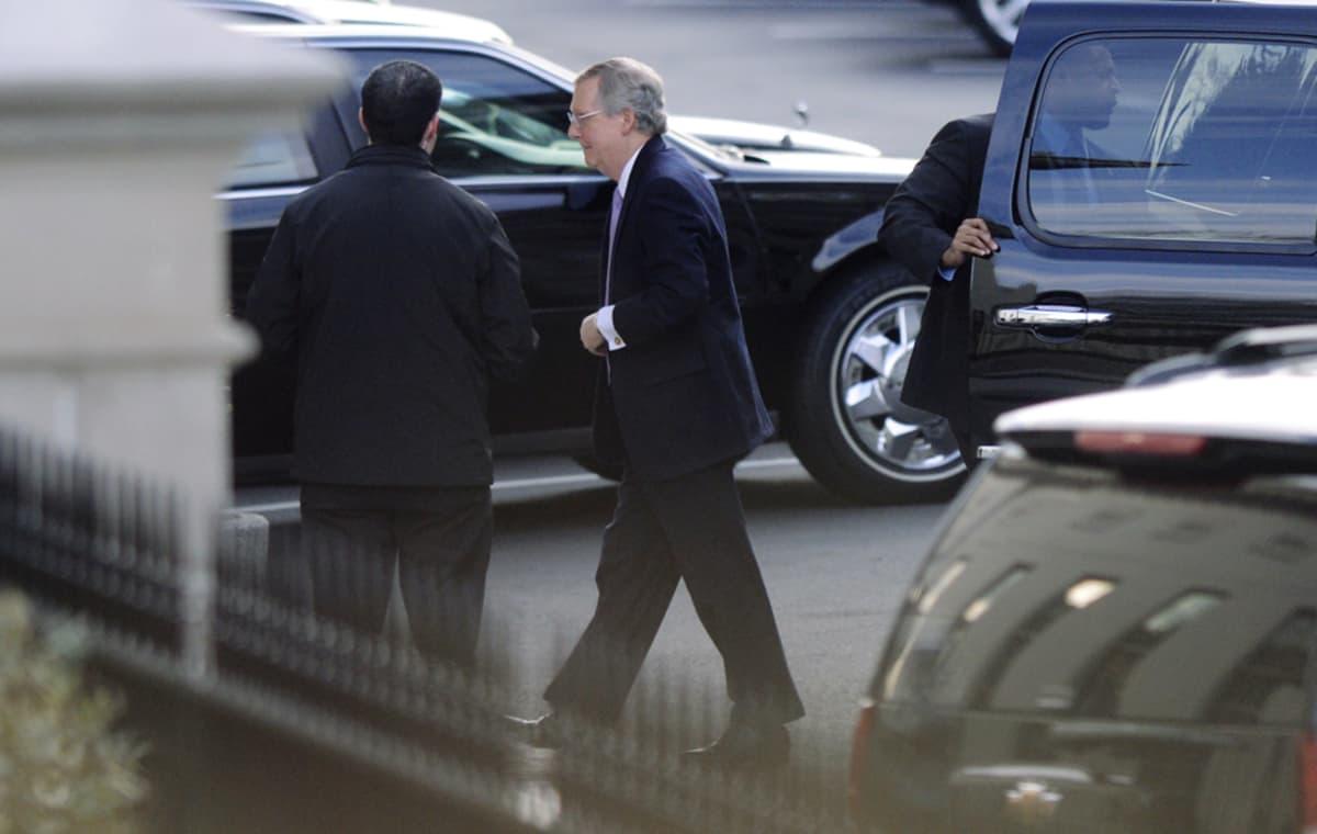 Republikaanien johtaja Mitch McConnell saapui 28. joulukuuta Valkoiseen taloon neuvottelemaan verosopimuksesta.