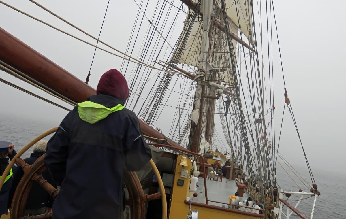 Sumuinen aamu laivan kannella