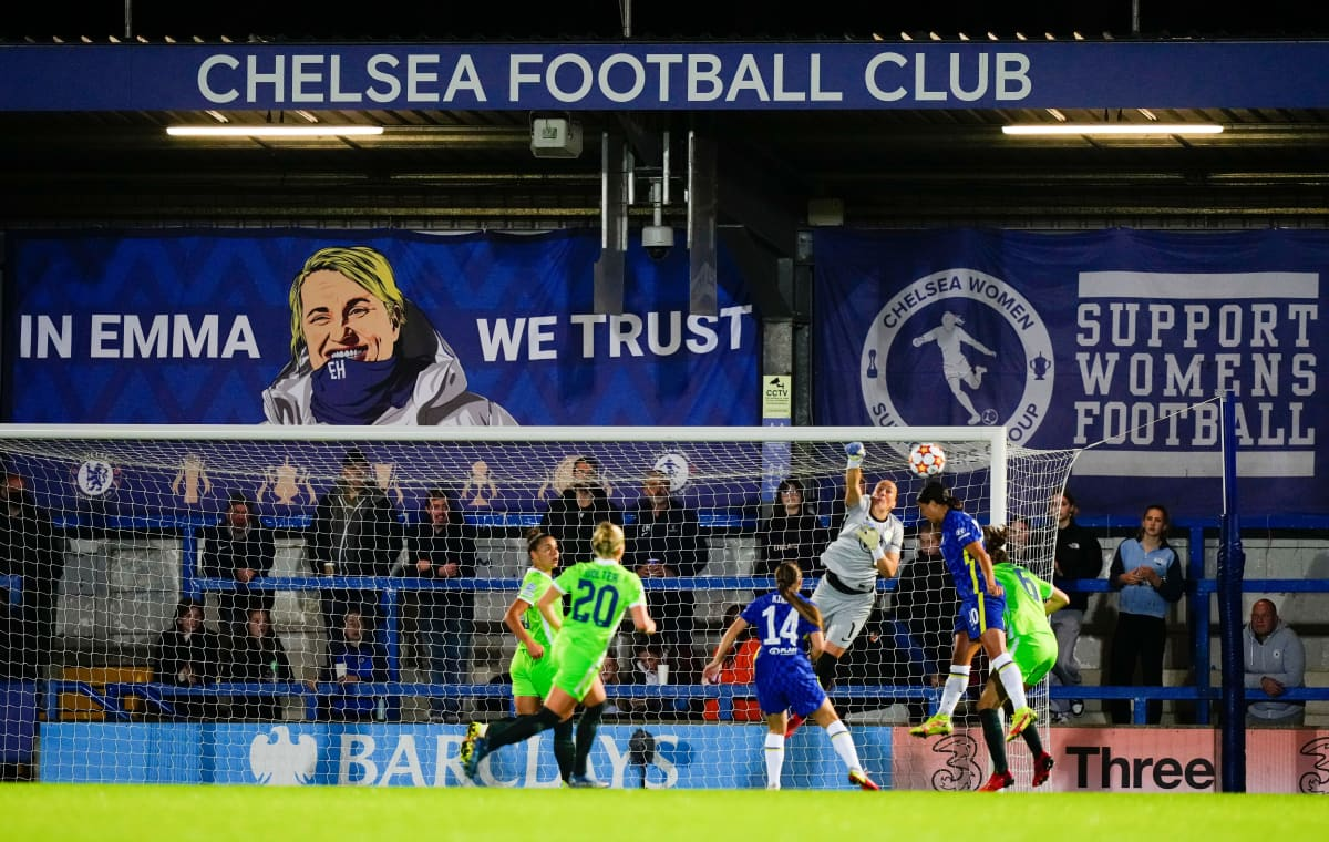 Chelsean Sam Kerr puskee palloa ottelussa Wolfsburgia vastaan.
