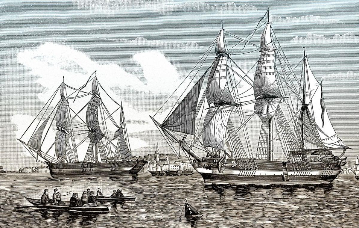 Väritetty etsas kahdesta kolmimastoisesta aluksesta, edesä miehiä kahdessa soutuveneessä, taustalla kaupungin rantaa.
