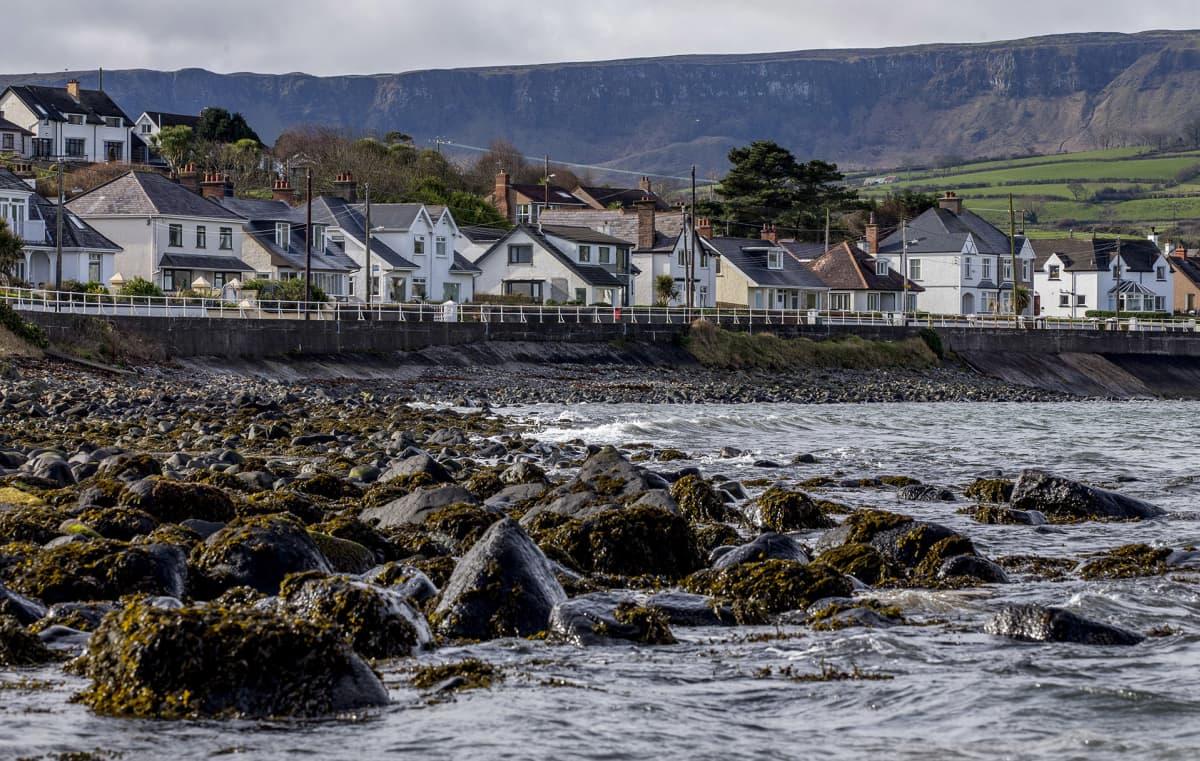 kylä ja merenranta