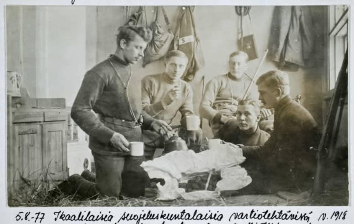 Ikaalilaisia suojeluskuntalaisia vartiotehtävissä v. 1918.