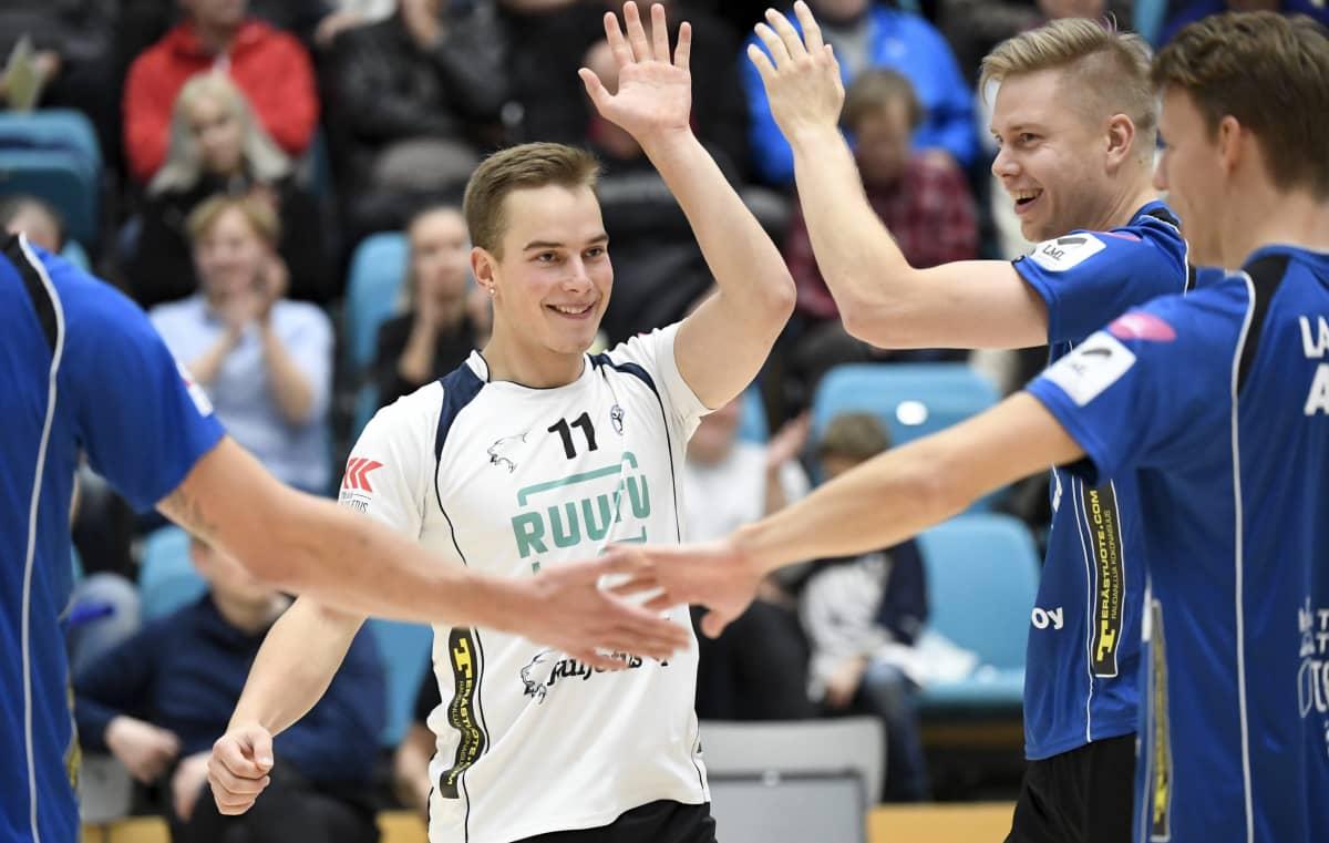 Akaa-Volleyn Voitto Köykkä (vas.), Aleksi Kaatrasalo ja Akseli Lankinen juhlivat pistettä lentopallon miesten Mestaruusliigan ottelussa Vantaa Ducks – Akaa-Volley Vantaalla.