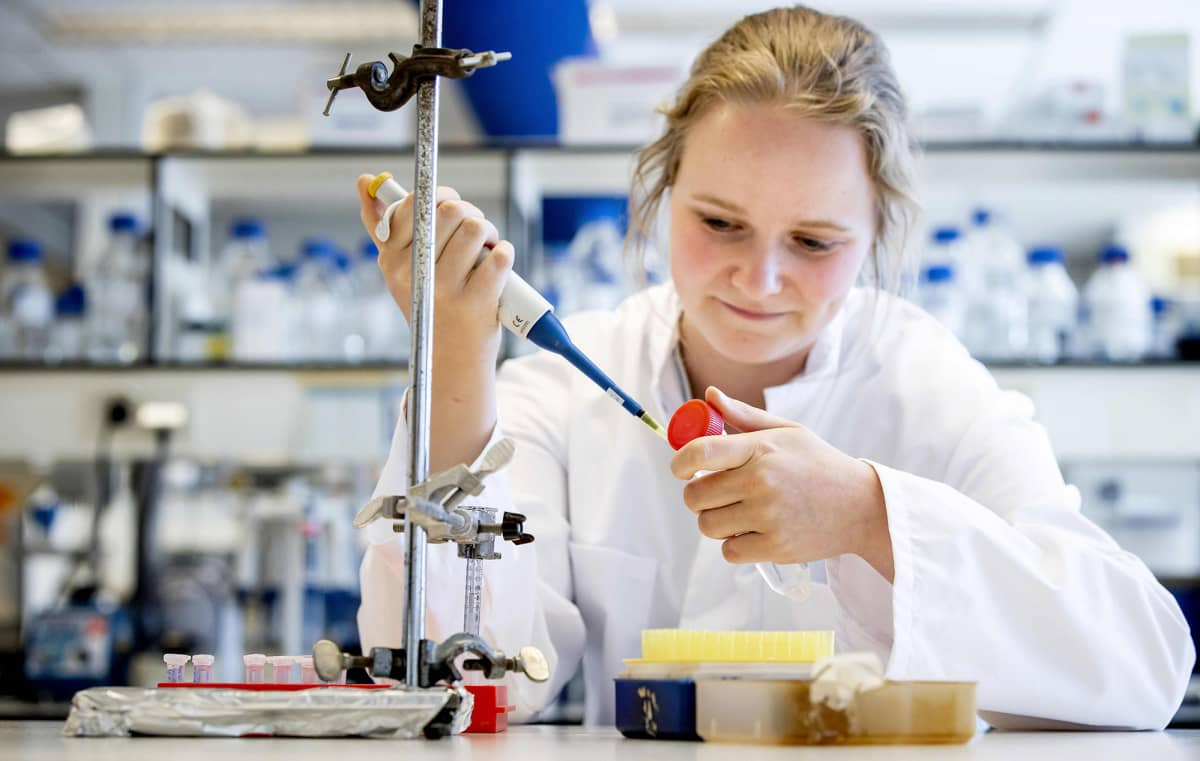Tutkija työskentelee laboratoriossa Amsterdamissa.