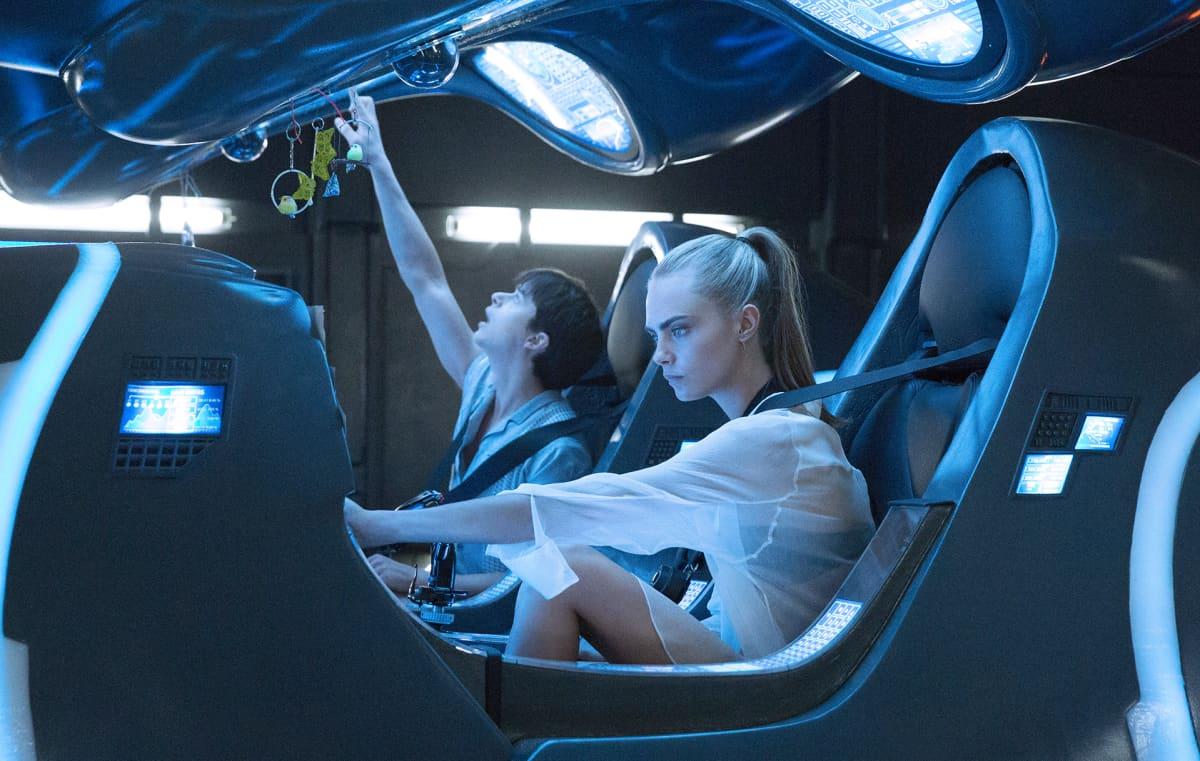 Nainen ja mies avaruusaluksen ohjaimissa.