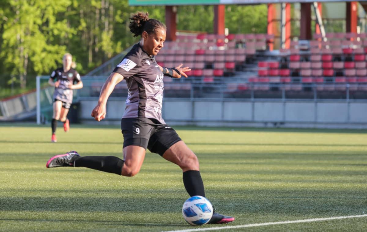 Roosa Ariyo kuvassa.