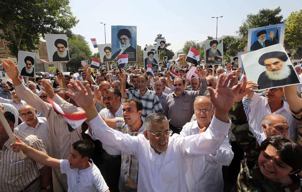 Iranissa asuvaa irakilaisväestöä sunnivastaisessa mielenosoituksessa Tehranissa 20. kesäkuuta 2014. Shiiaenemmistöinen Iran on jo aikaisemmin ilmoittanut auttavansa Irakia taistelussa ISIS-kapinallisia vastaan, mikäli se on tarpeellista.