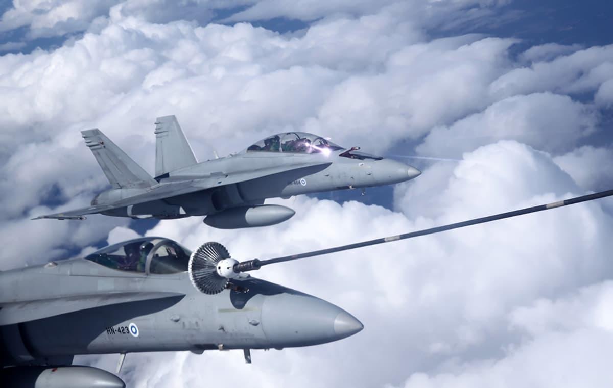 kaksi hävittäjää ilmassa