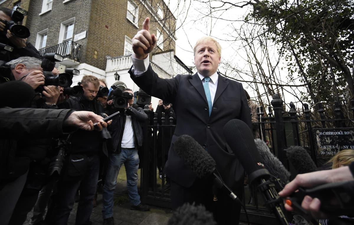 Boris Johnson toimittajien keskellä