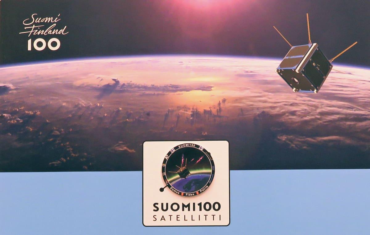 Piirroskuva kuution muotoisesta satelliitista, josta sojottaa antenneja. Alla maapallon kaartuva pinta pilvien peitossa.