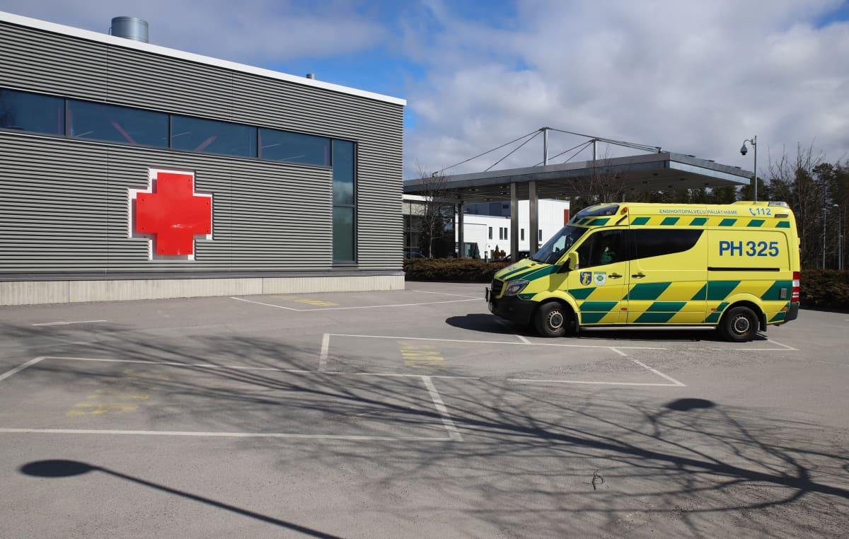 Ambulanssi päivystyspoliklinikan edessä