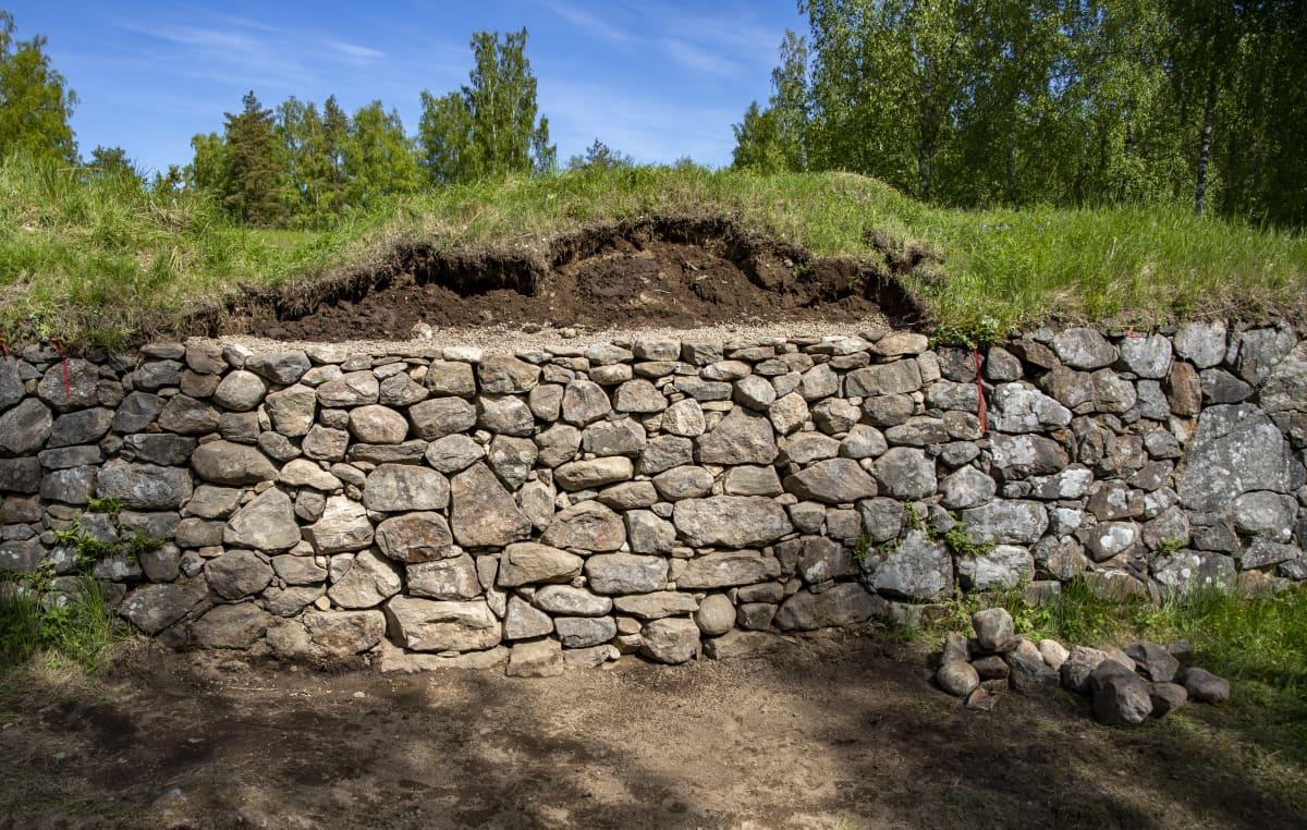 Korjattua vallia Kärnäkosken linnoituksella.