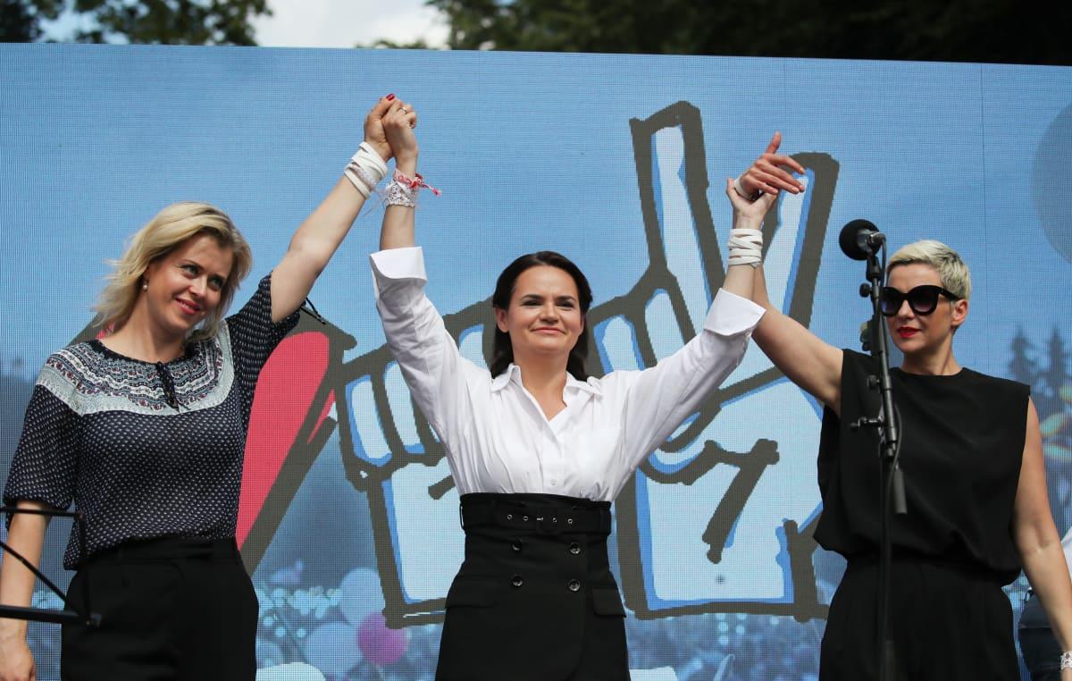 Veronika Tsepkalo, Svjatlana Tsihanouskaja ja Maryia Kalesnikava kampanjatilaisuudessa Baranovichissa, Valko-Venäjällä 2. elokuuta.