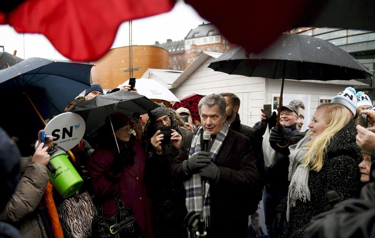 Sauli Niinistö kampanjoi viimeisenä päivänä ennen vaaleja Helsingin keskustassa lauantaina