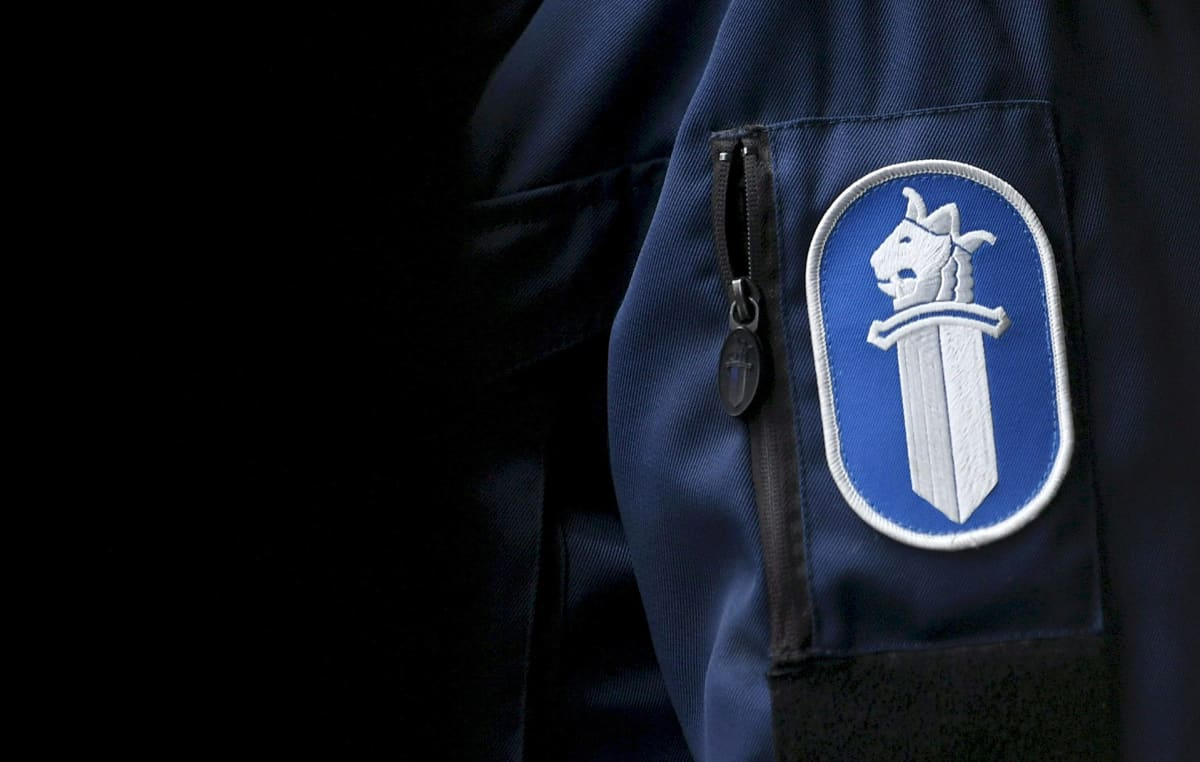 Poliisin merkki hihassa.