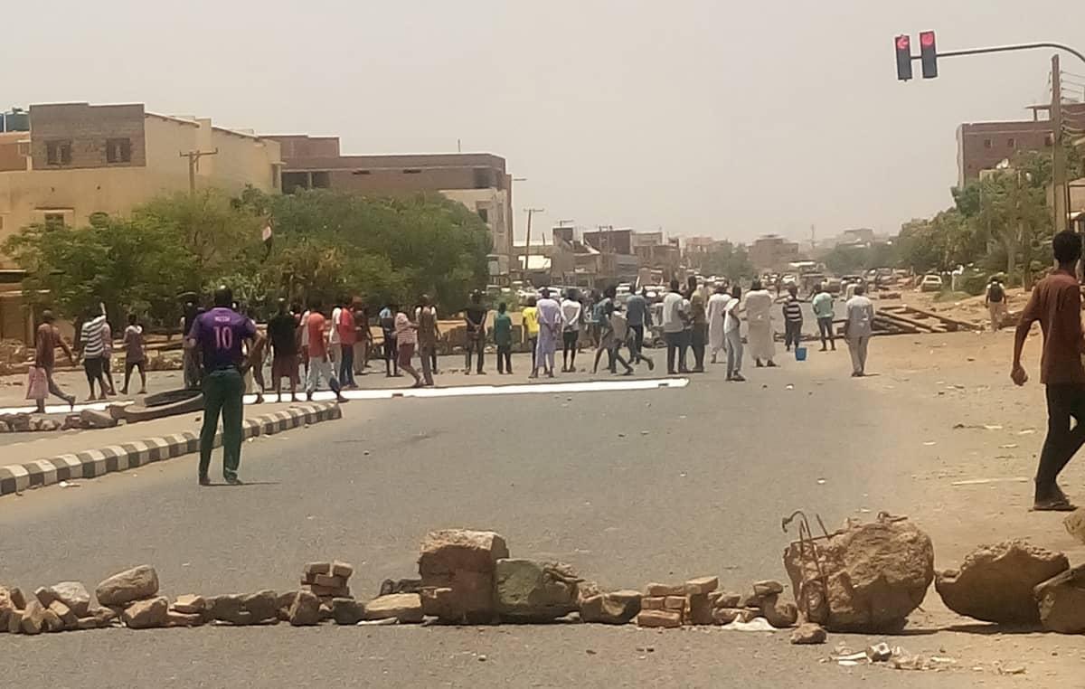 Mielenosoittajat sulkivat tien Khartumissa 3. kesäkuuta.