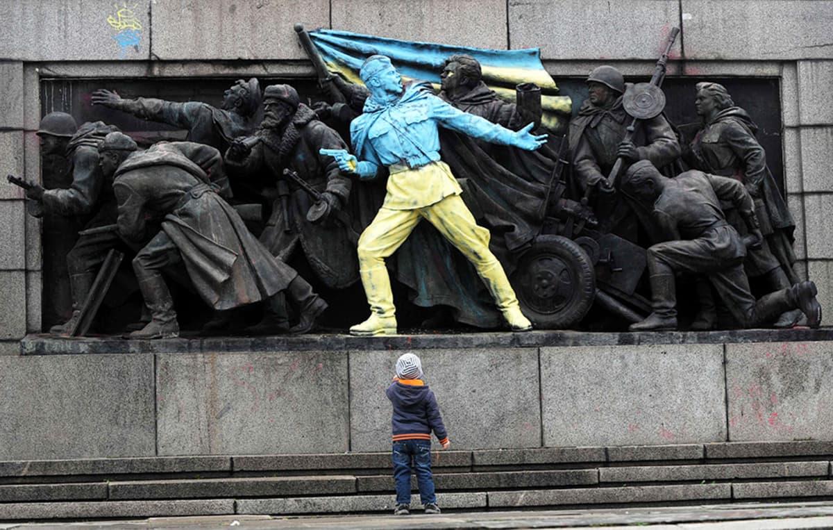 Ukrainan väreihin maalattu Neuvostoarmeijan monumentti Sofiassa 23. helmikuuta.
