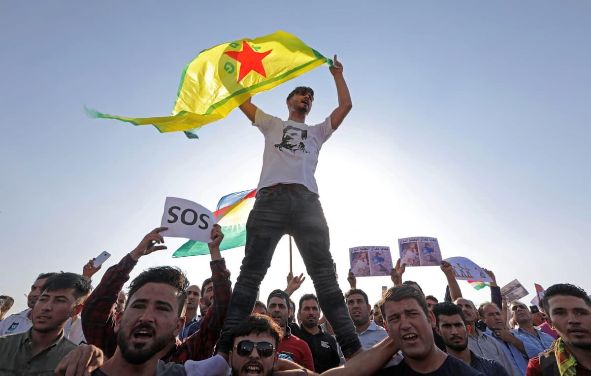 Kurdit osoittivat mieltään Turkin hyökkäystä vastaan Pohjois-Irakin Arbilissa 9. lokakuuta.