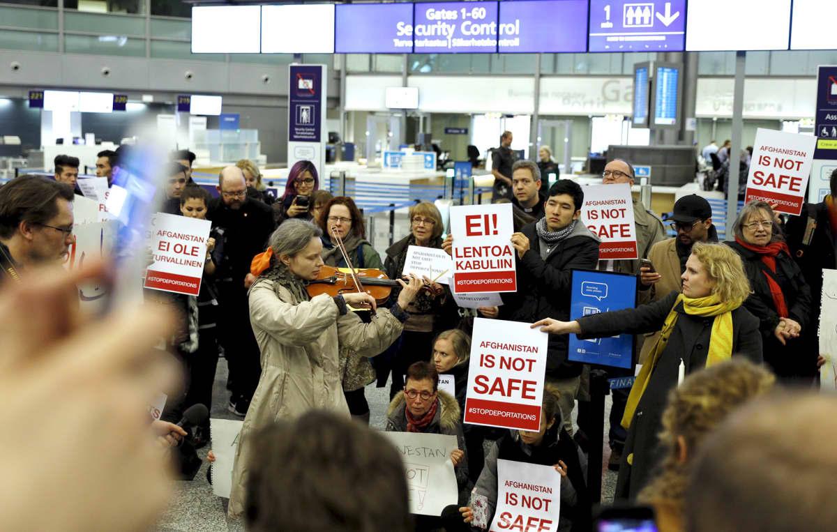 Mielenosoitus turvapaikanhakijoiden palautusta vastaan Helsinki-Vantaan lentokentällä 3. huhtikuuta.