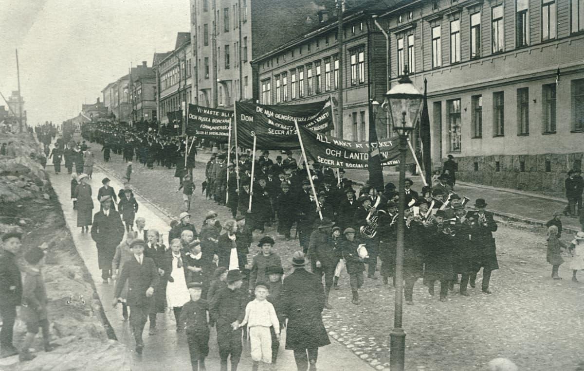 Mielenosoituskulkue vuoden 1917 vaalien johdosta Helsingissä Toisella linjalla 14.7.1917.