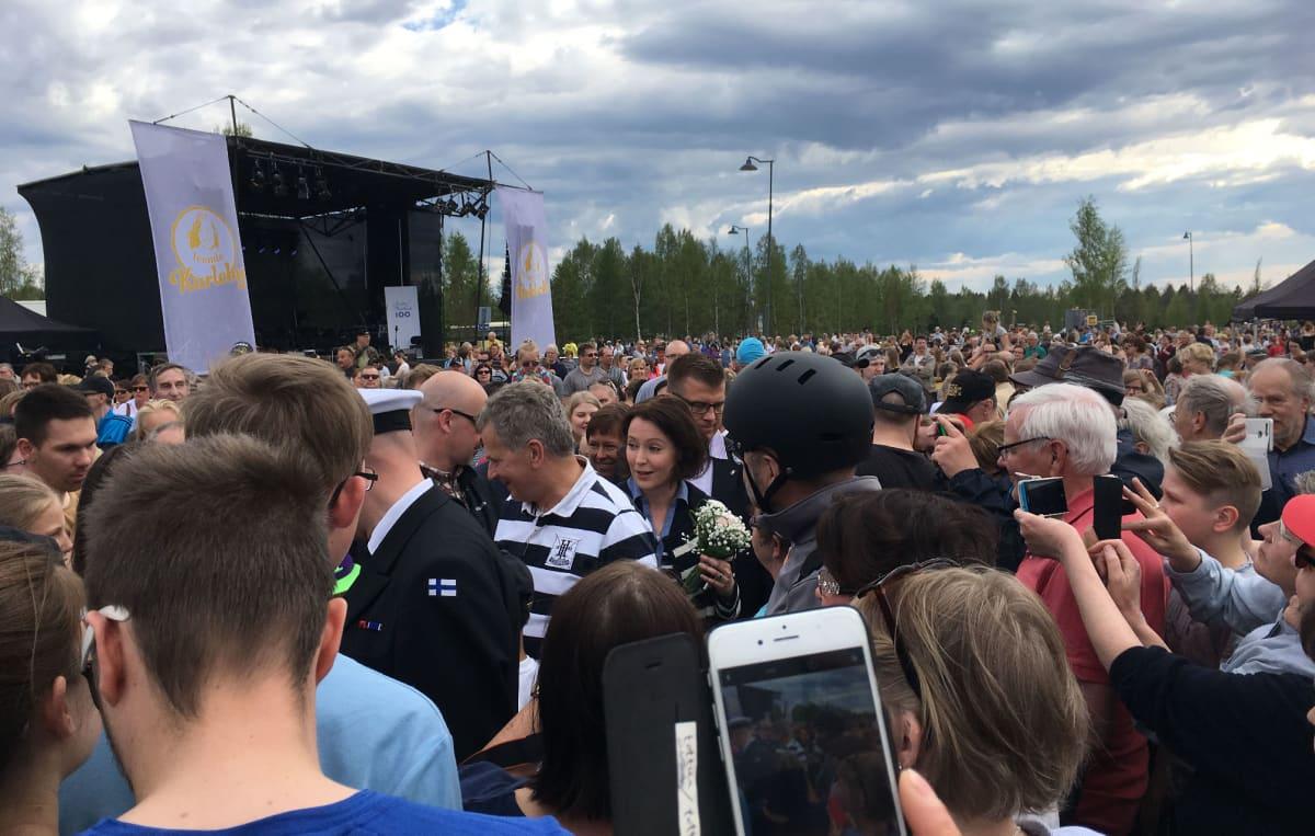 Presidenttipari kierteli kansanjoukon keskellä Kokkolassa.