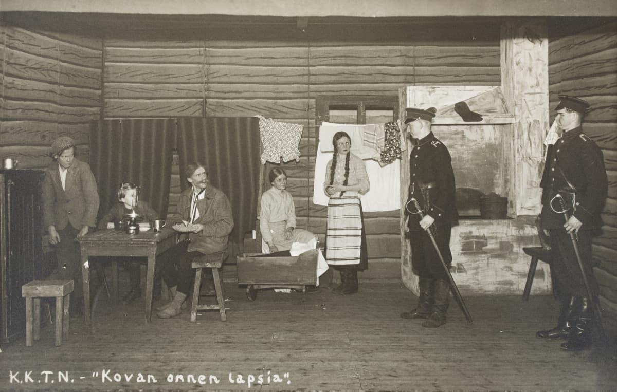 Kovan onnen lapsia oli työväenteattereiden ensimmäinen tunnusnäytelmä 1890-luvulla.