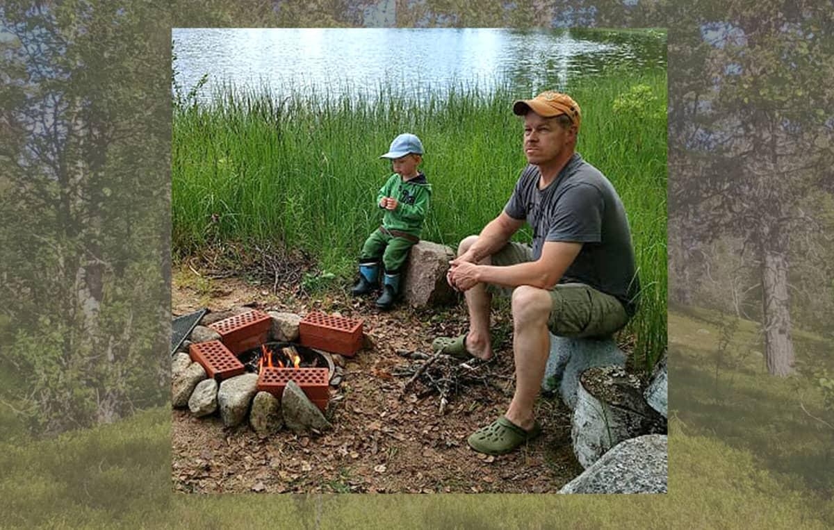 Markku ja Roope Oinonen istuvat nuotion ääressä, takana järvi.