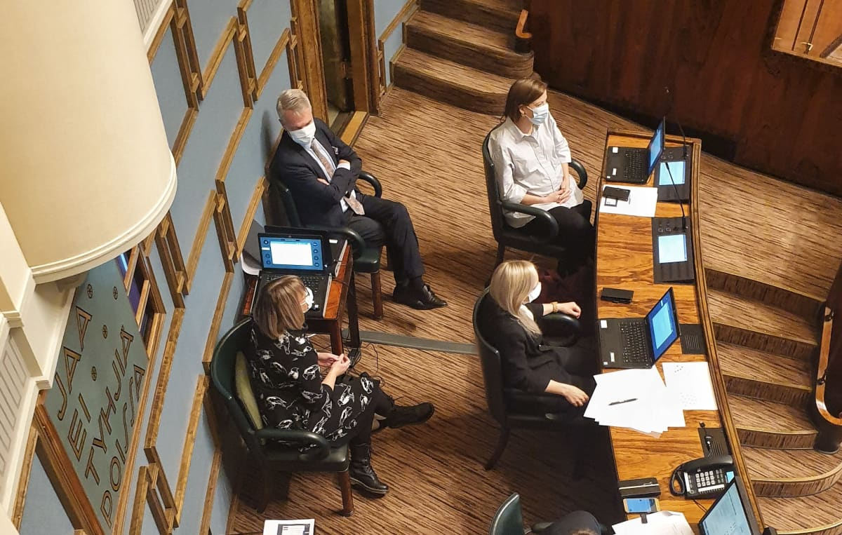 Ulkoministeri Pekka Haavisto, opetusministeri Li Andersson, sisäministeri Maria Ohisalo ja sosiaali- ja terveysministeri Anna-Kaisa Pekonen istuntosalissa kuulemassa äänestystä Haaviston luottamuksesta.