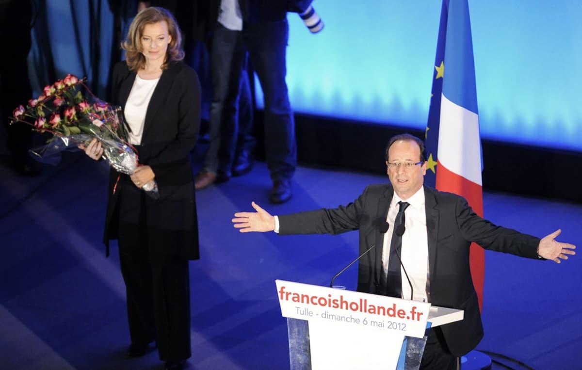 François Hollande puhuu lavalla vierellään puolisonsa Valerie Trierweiler.