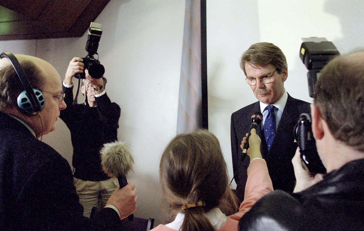 Mandatum-pankin johtokunnan puheenjohtaja Björn Wahlroos 4. joulukuuta 2000.