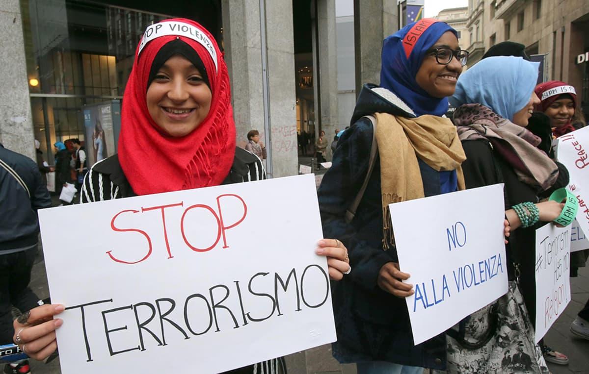 nuoria muslimeita mielenosoituksessa