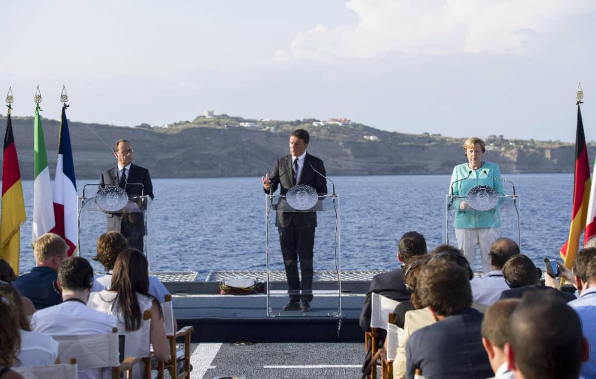 Francois Hollande (vas.), Matteo Renzi (kesk.) ja Angela Merkel lehdistötilaisuudessa italialaisaluksen kannella Ventotenen saaren lähistöllä 22. elokuuta 2016.