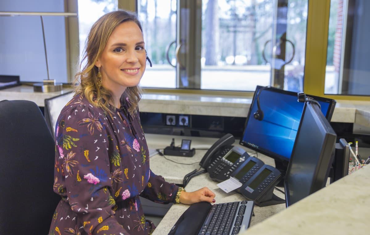 Emmi Sainio toimii Jehovan todistajien Suomen haaratoimiston vastaanottovirkailijana.