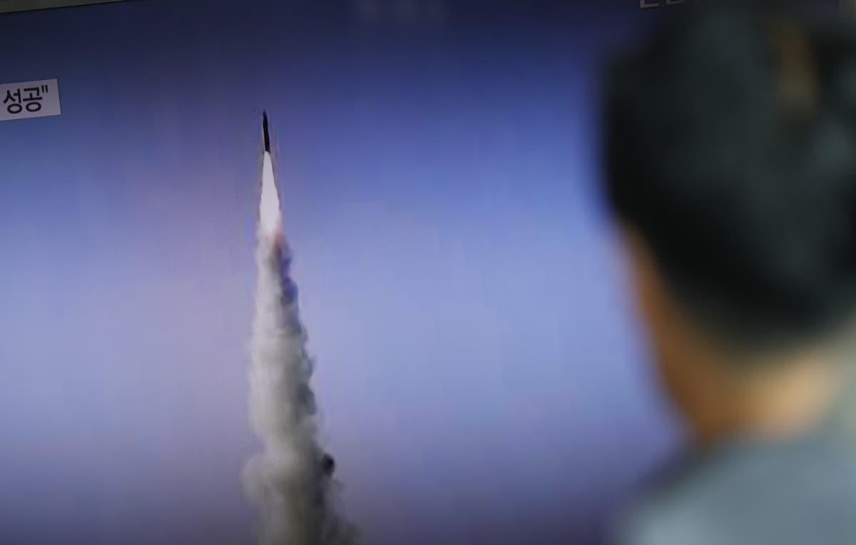 Eteläkorealainen mies katsoo uutislähetystä Pohjois-Korean ohjuksen laukaisusta Soulissa 22. toukokuuta.