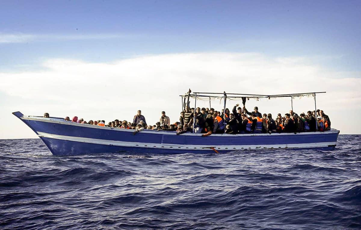 Laiva täynnä ihmisiä.