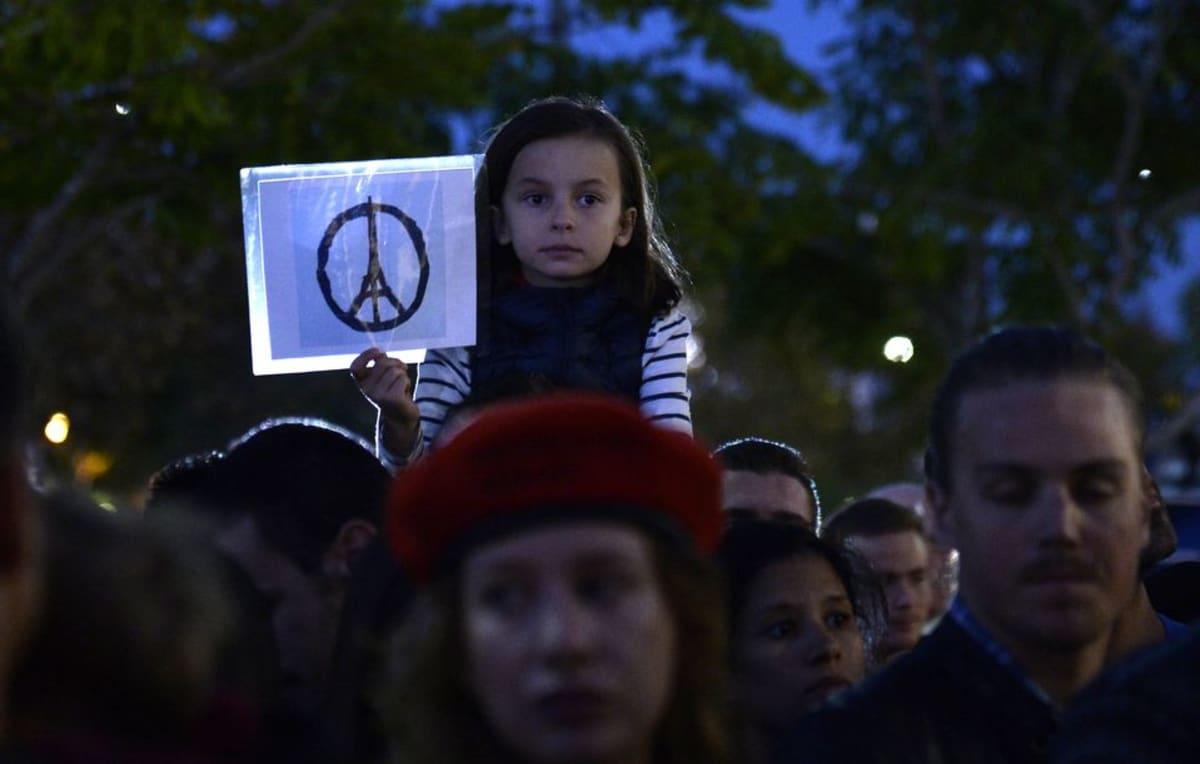 Ranskalaisen Jean Jullienin piirros, joka yhdisti Eiffel-tornin ja rauhanmerkin, levisi nopeasti Pariisin iskujen jälkeen sosiaalisessa mediassa. Tyttö piteli piirroksen mukaan hahmoteltua kuvaa terrori-iskun uhrien muistoksi järjestetyssä tilaisuudessa Los Angelesissa lauantaina.