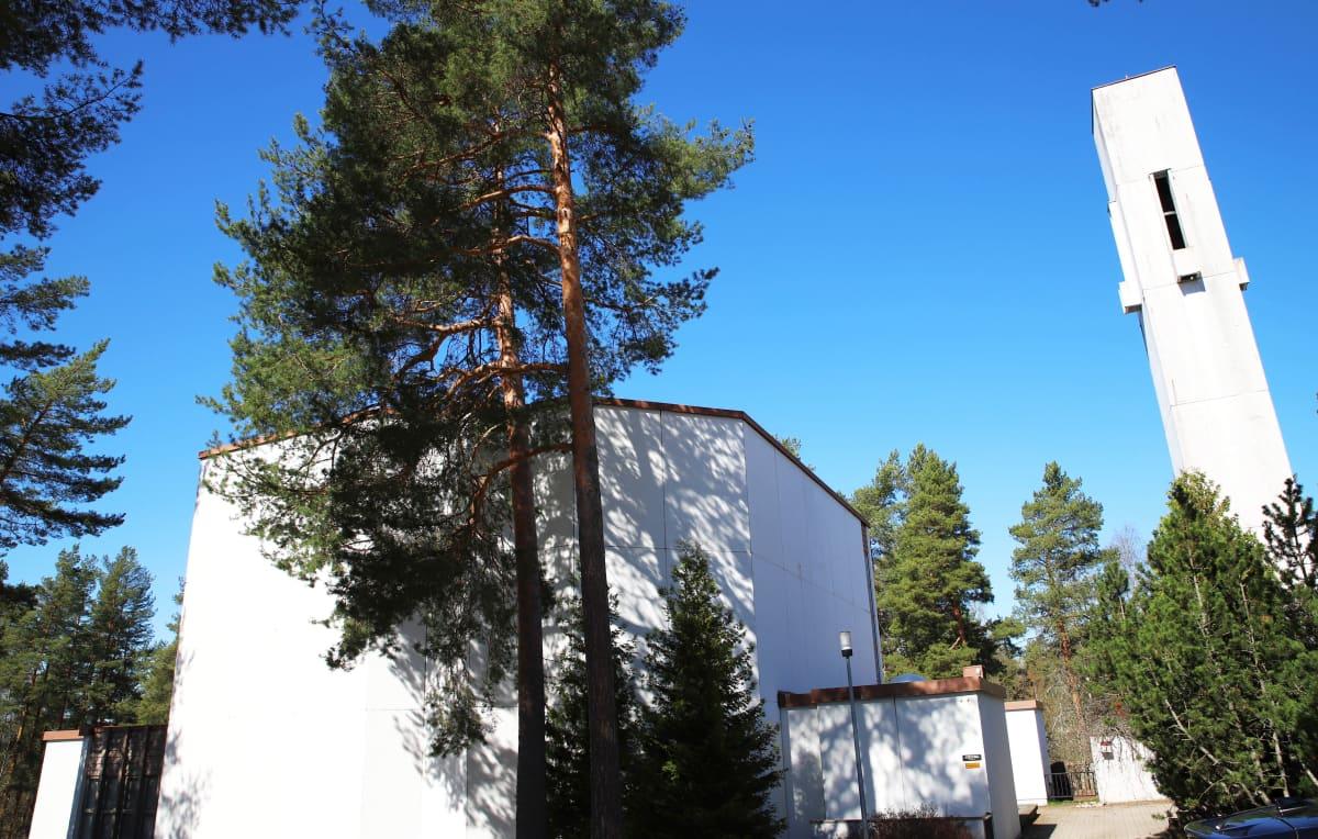 Kuvassa näkyy valkoseinäinen Halssilan seurakuntakeskus ja sen oikealla puolella valkoinen kellotorni.