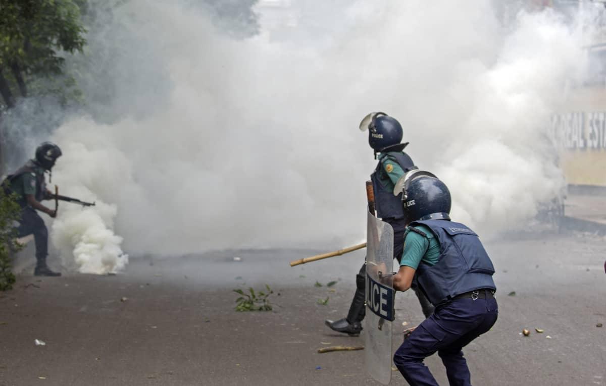Poliisi vastasi lauantaina mielenosoituksiin kyynelkaasulla.
